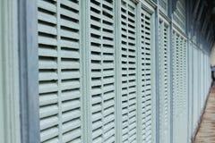 Houten muur met grijs en het kleine openen voor ventilatie stock afbeeldingen