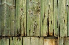 Houten muur met roestige spijkers royalty-vrije stock afbeeldingen