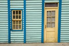 Houten muur met venster en deur Stock Foto's