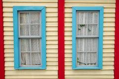 Houten muur met vensters Royalty-vrije Stock Afbeeldingen