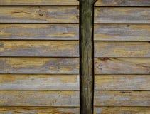 Houten muur van een landelijk huis bij gemeente Stock Foto
