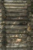 Houten muur van oude ronde bomen Stock Afbeeldingen
