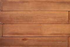 Houten muurachtergrond met in orde gemaakte horizontale raad Stock Foto's