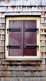 Houten muurtextuur en vensterverticaal stock foto's