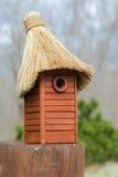 Houten nestkastje met de hand gemaakt met met stro bedekt dak Royalty-vrije Stock Afbeeldingen