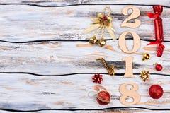 Houten nummer 2018 met Kerstmisornamenten Stock Afbeeldingen
