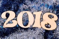 Houten nummer 2018 op blauw glanzend klatergoud Royalty-vrije Stock Afbeelding
