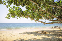 Houten nummer 2017 op houten schommeling op tropische strandachtergrond Stock Foto