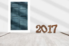 Houten nummer 2017 op plank en klassieke vensterachtergrond Stock Foto