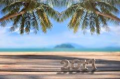 Houten nummer 2017 op plank op tropische strandachtergrond Royalty-vrije Stock Foto's
