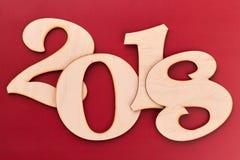 Houten nummer 2018 op rode dichte omhooggaand als achtergrond Royalty-vrije Stock Afbeelding