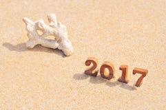 Houten nummer 2017 op strand achtergrondidee Stock Afbeelding