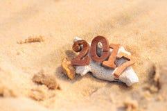 Houten nummer 2017 op strand achtergrondidee Stock Afbeeldingen