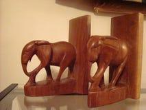 Houten olifant bookends Stock Afbeeldingen