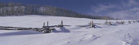 Houten omheining die in sneeuw wordt behandeld stock afbeelding