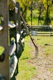Houten omheining en hooivork stock foto's