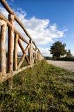 Houten omheining en oude roman weg, blauwe hemel met wolken Stock Fotografie