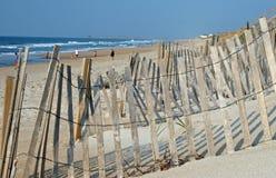 Houten omheining en zandig strand Stock Foto's