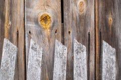 Houten omheining, knoop op de houten muur van buitenhuis stock foto