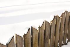 Houten omheining met sneeuw Royalty-vrije Stock Afbeeldingen