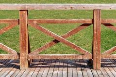Houten omheining op een houten terras stock foto