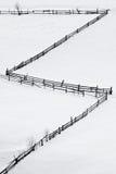 Houten omheining op het sneeuwtapijt stock fotografie