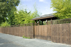 Houten omheining, poort en bamboe Royalty-vrije Stock Foto's