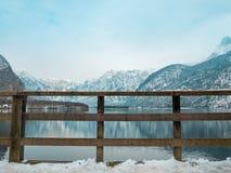 Houten omheining in van de het landschapsmening van het hallstattmeer van de de wintertijdsneeuw de berg van de de boombezinning Stock Foto's
