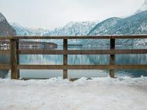 Houten omheining in van de het landschapsmening van het hallstattmeer van de de wintertijdsneeuw de berg van de de boombezinning Stock Afbeelding