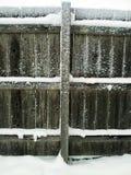 Houten omheiningspost en sneeuw Stock Fotografie