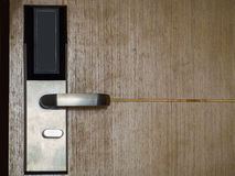 Houten open deur met zilveren metaalhandvat Stock Foto