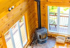 Houten open haard in een houten plattelandshuisje in bos stock foto's