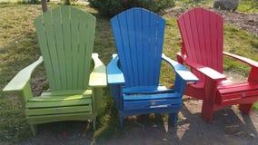 Houten openluchtgazonstoelen royalty-vrije stock afbeelding