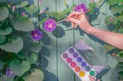 Houten oppervlakte, bloemen die, waterverf, met borstel trekken Royalty-vrije Stock Afbeelding