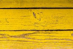 Houten oppervlakte met schil gele verf stock afbeeldingen