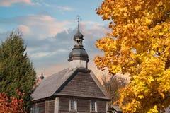 houten Orthodoxe kerk in de herfst royalty-vrije stock afbeelding