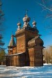 Houten orthodoxe kerk in hout stock fotografie