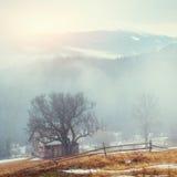 Houten oud huis in de bergen in een mistig weer Stock Foto's