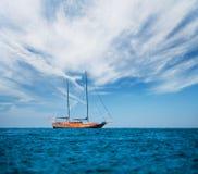 Houten oud schip op volle zee Stock Afbeeldingen