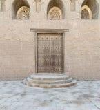 Houten oude gewelfde deur, drie overladen gegraveerde gewelfde vensters stock afbeeldingen