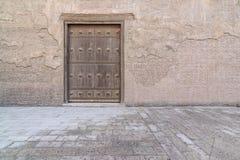 Houten oude gewelfde deur en steenmuur royalty-vrije stock foto