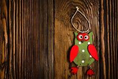 Houten Owl Hanging Decoration op Houten Lijst stock foto's
