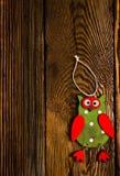 Houten Owl Hanging Decoration op Houten Lijst stock afbeeldingen