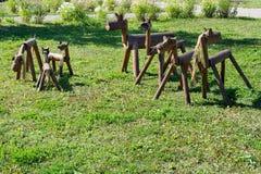 Houten paarden op het gras Stock Afbeeldingen