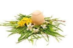 Houten paasei in een kleurrijk de lentenest Stock Fotografie