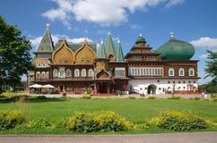 Houten paleis van Tsaar Alexei Mikhailovich in Kolomenskoye-park, Moskou, Rusland stock foto's
