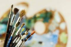 Houten palet van kunstenaar met leeswijzersclose-up Royalty-vrije Stock Afbeeldingen