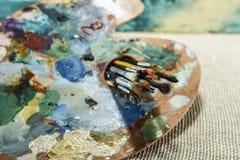 Houten palet van kunstenaar met leeswijzersclose-up Stock Afbeeldingen