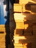 Houten pallet onder de herfstzon stock fotografie