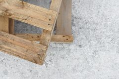 Houten palletstribune op een concrete pijler De ruimte van het exemplaar Textuur blur Achtergrond stock fotografie